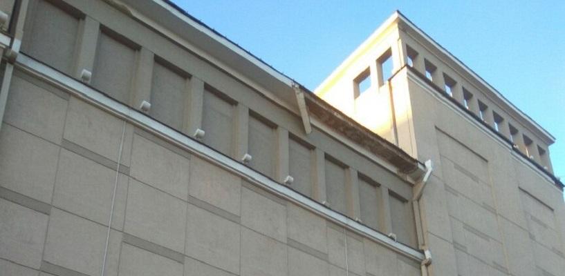 Обломки упали на головы прохожим: у Театра музыкальной комедии обвалилась крыша