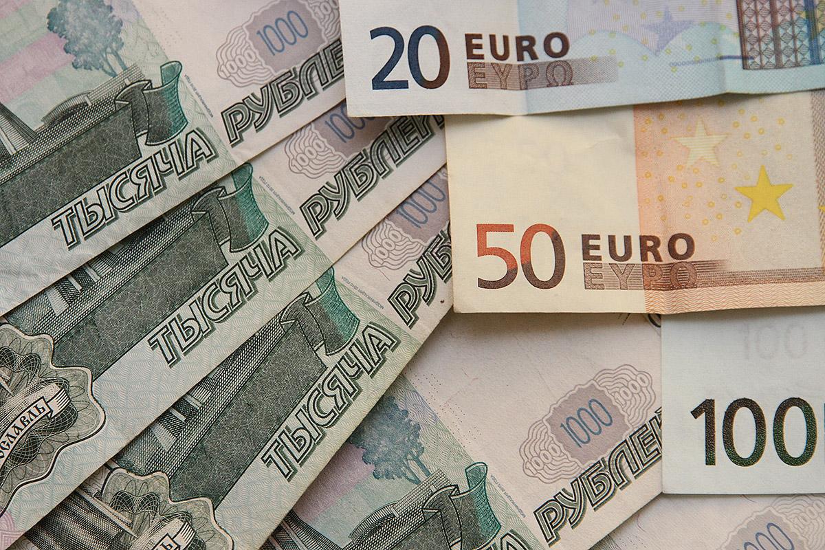 Плюс полтора рубля: доллар и евро выросли на открытии торгов