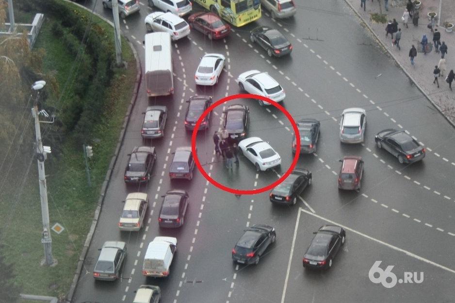 На Малышевском кольце Toyota Camry с правительственными номерами попала в ДТП