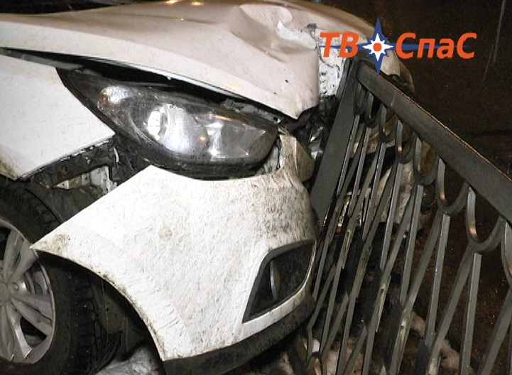 Пытался проскочить на красный: на Химмаше ВАЗ врезался в Hyundai