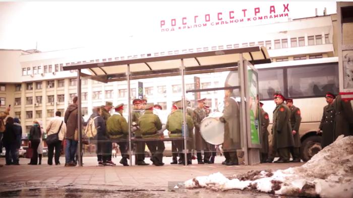 Концерт на остановке: военный оркестр сыграл песни «Ленинграда» прямо на улице