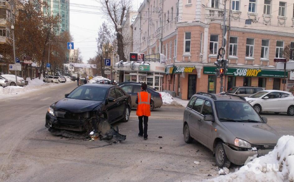 Ищите пути объезда: Малышева встала в пробке из-за ДТП на перекрестке