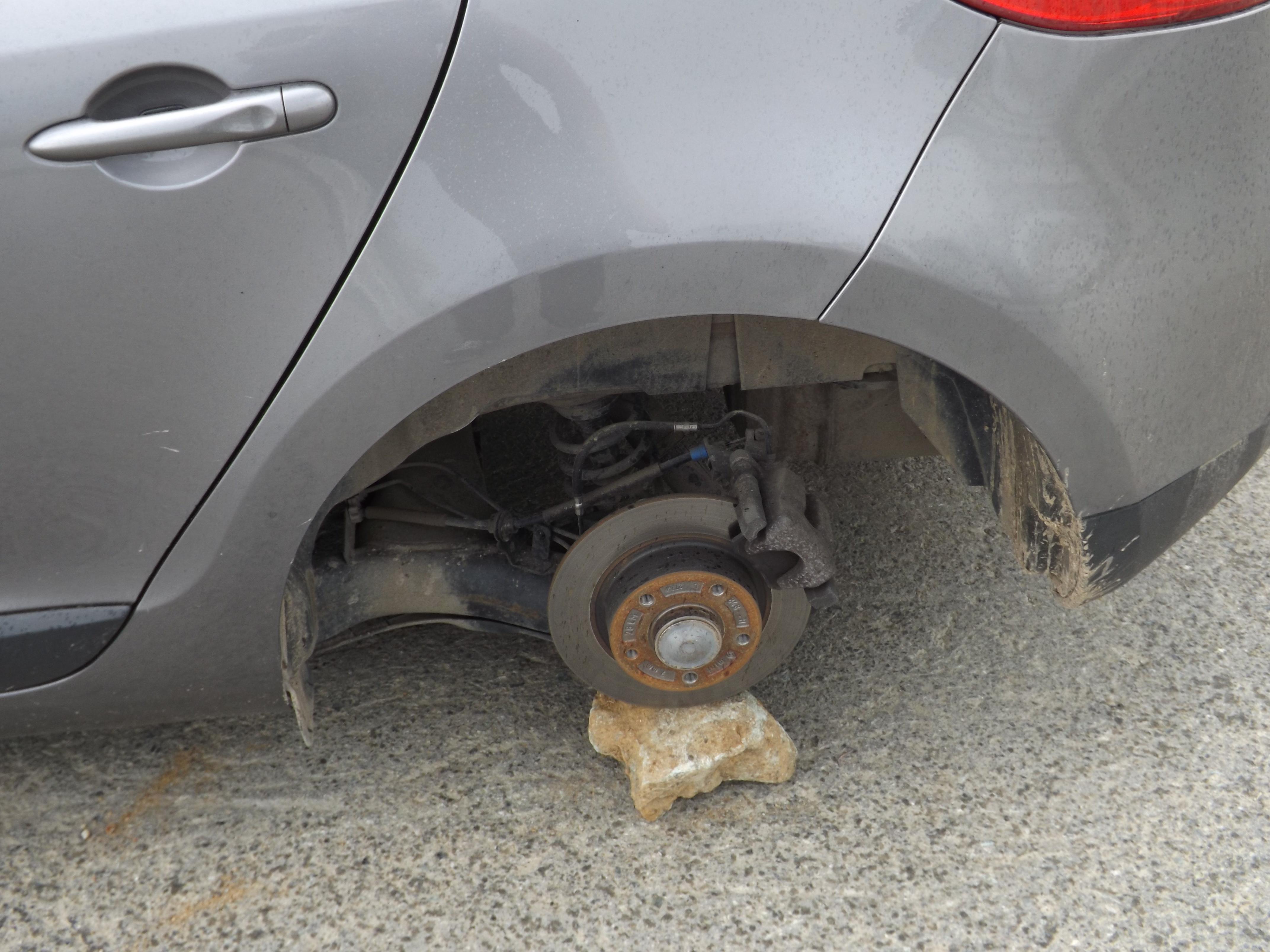 Академический захлестнула волна краж колес с автомобилей