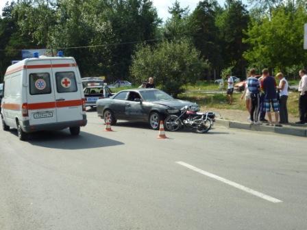 В Екатеринбурге Toyota врезалась на встречке в мопед