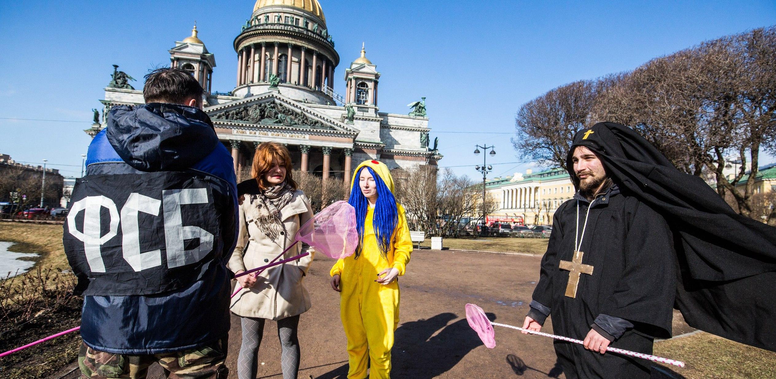Акция поддержки Руслана Соколовского: ряженый священник гоняется за Пикачу вокруг Исаакиевского собора