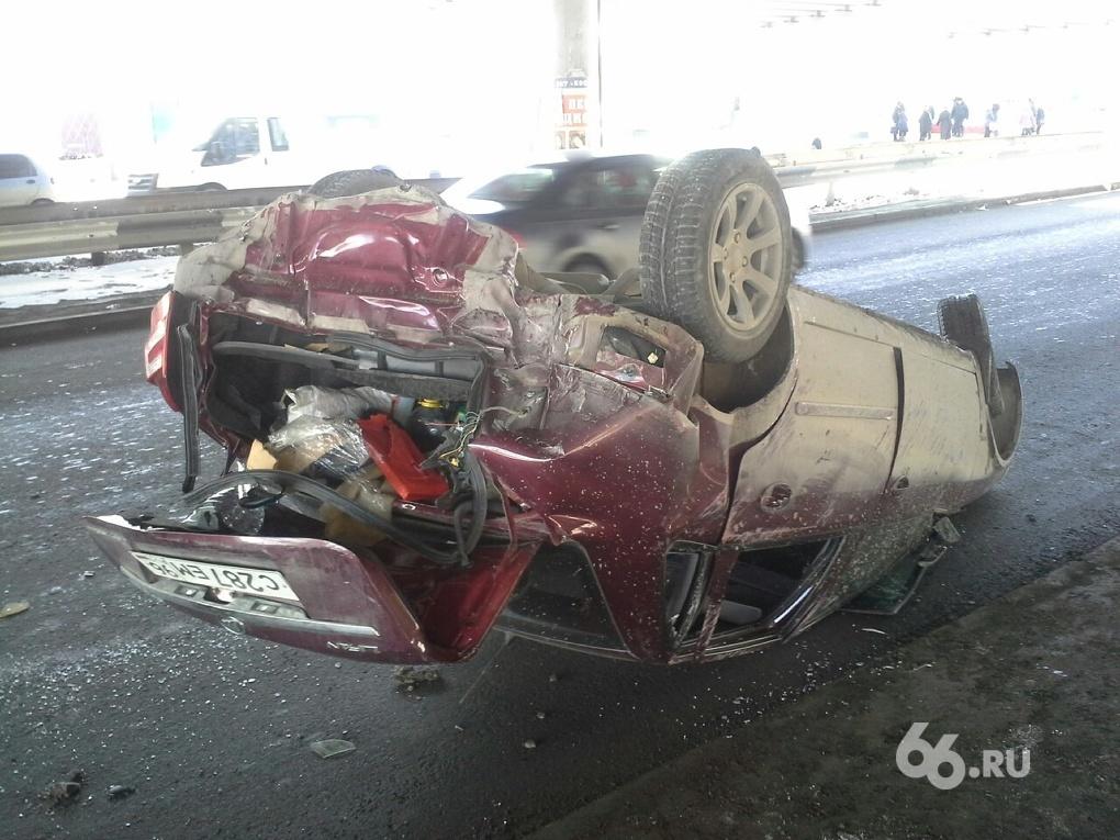 Под Бебелевским мостом Audi догнала и перевернула Lifan