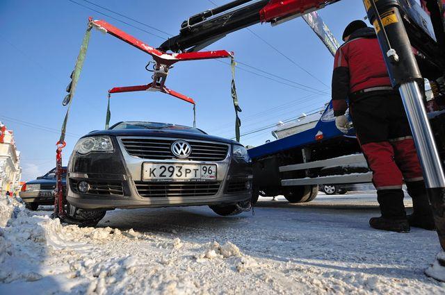 В Железнодорожном районе эвакуируют машины, мешающие уборке снега