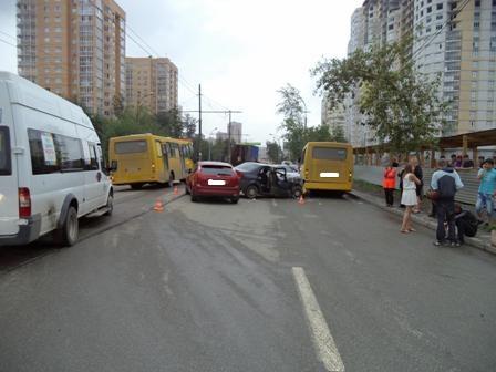 На 8 Марта пьяный водитель собрал две легковушки и автобус