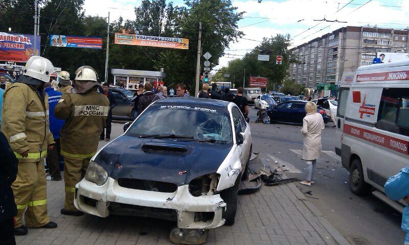 На Амундсена машина вылетела на тротуар и сбила шесть пешеходов