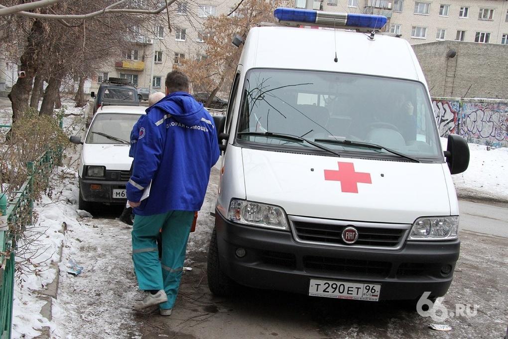 Мужчина упал и умер на улице в Екатеринбурге