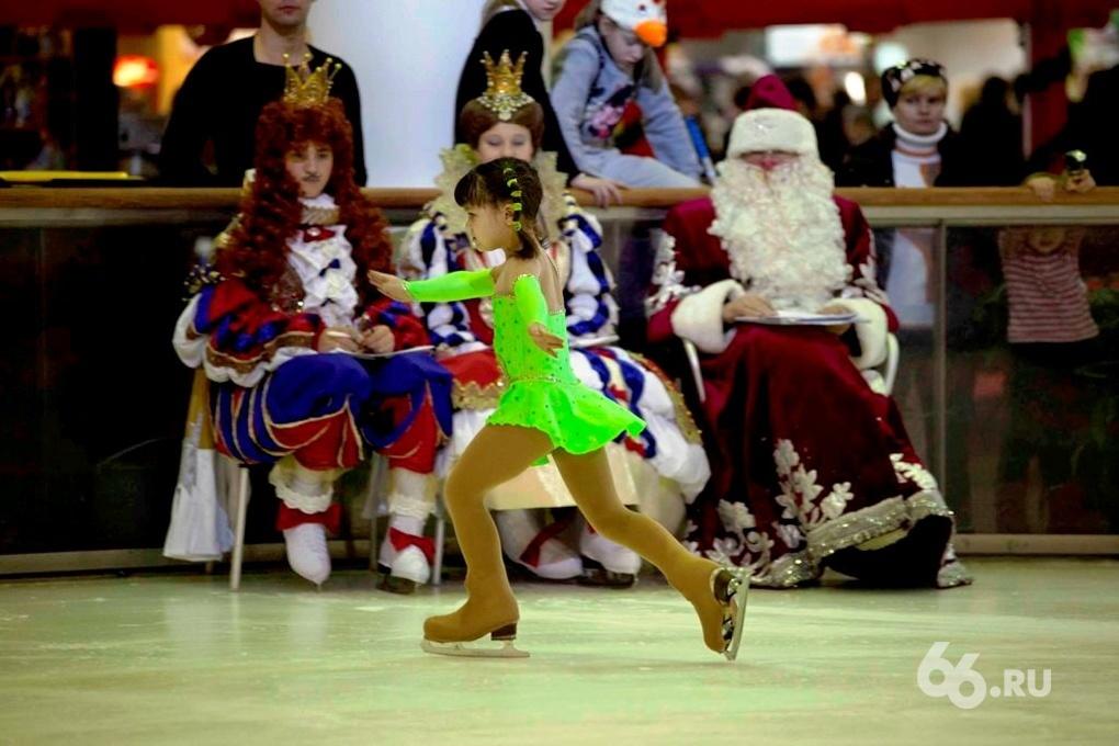 Дед Мороз наградил маленьких фигуристов
