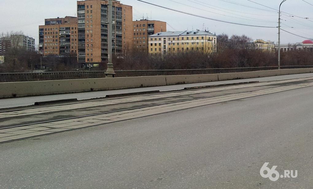 Делиниаторы на Макаровском мосту еще не доделаны, но уже сломаны