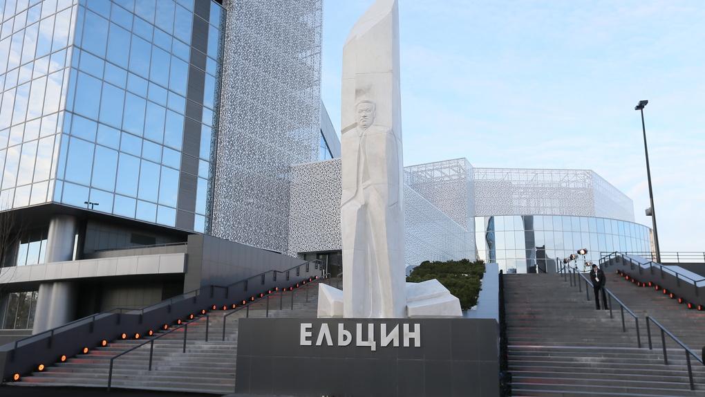 Вороны закидали камнями стеклянную крышу Ельцин Центра