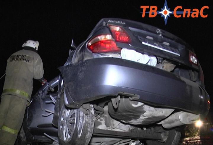 На Московском тракте Nissan вылетел с дороги и врезался в столб