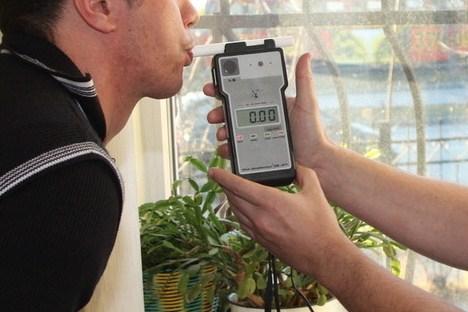 Депутат-эсер предложил автоинспекторам подышать в алкотестер