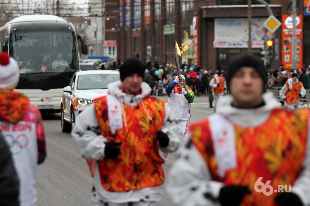 Олимпийское ЧП: в Екатеринбурге загорелся второй факелоносец