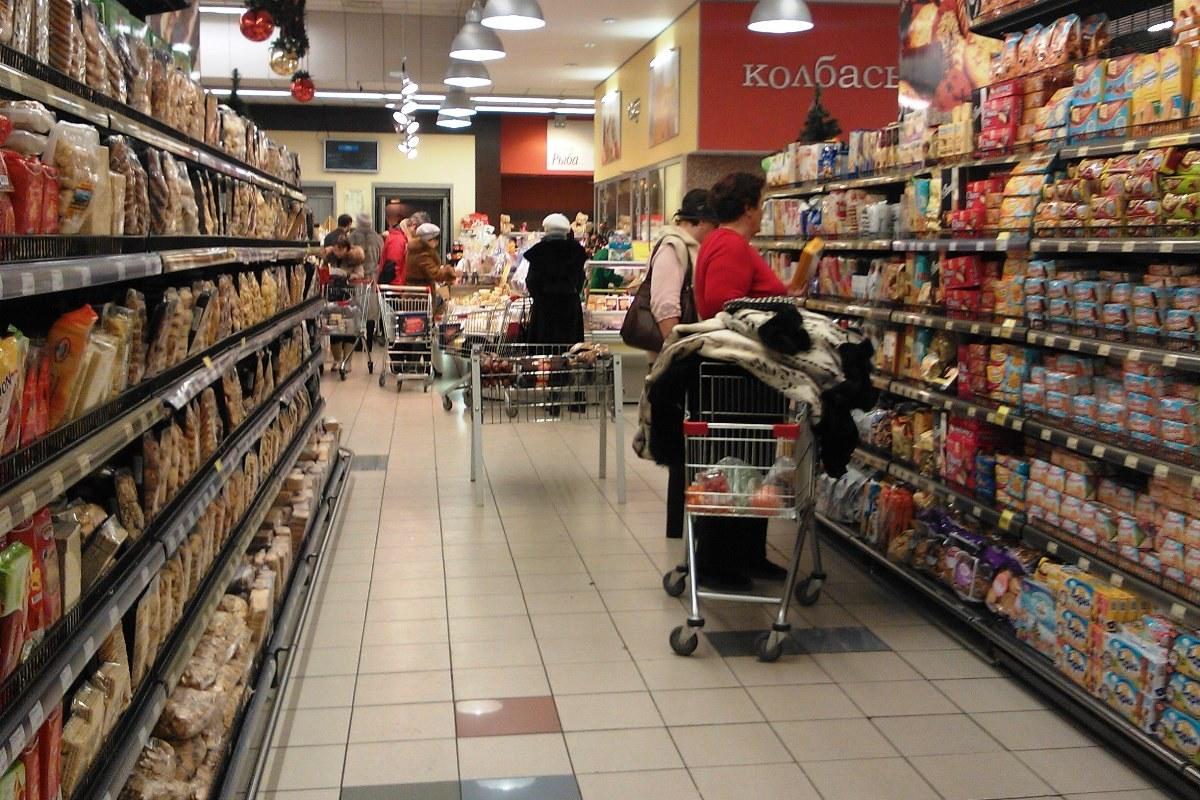 Такого даже в 2009-м не было: россияне стали меньше покупать еду и телевизоры