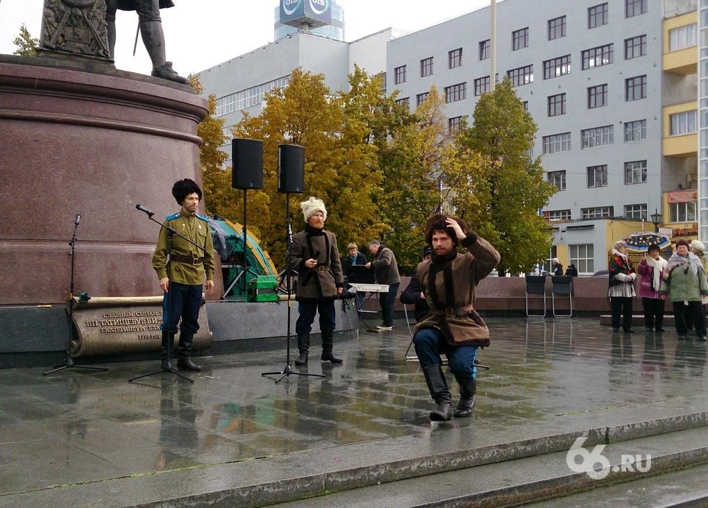 Казаки спели про Америку и Порошенко на митинге против цианида в центре Екатеринбурга