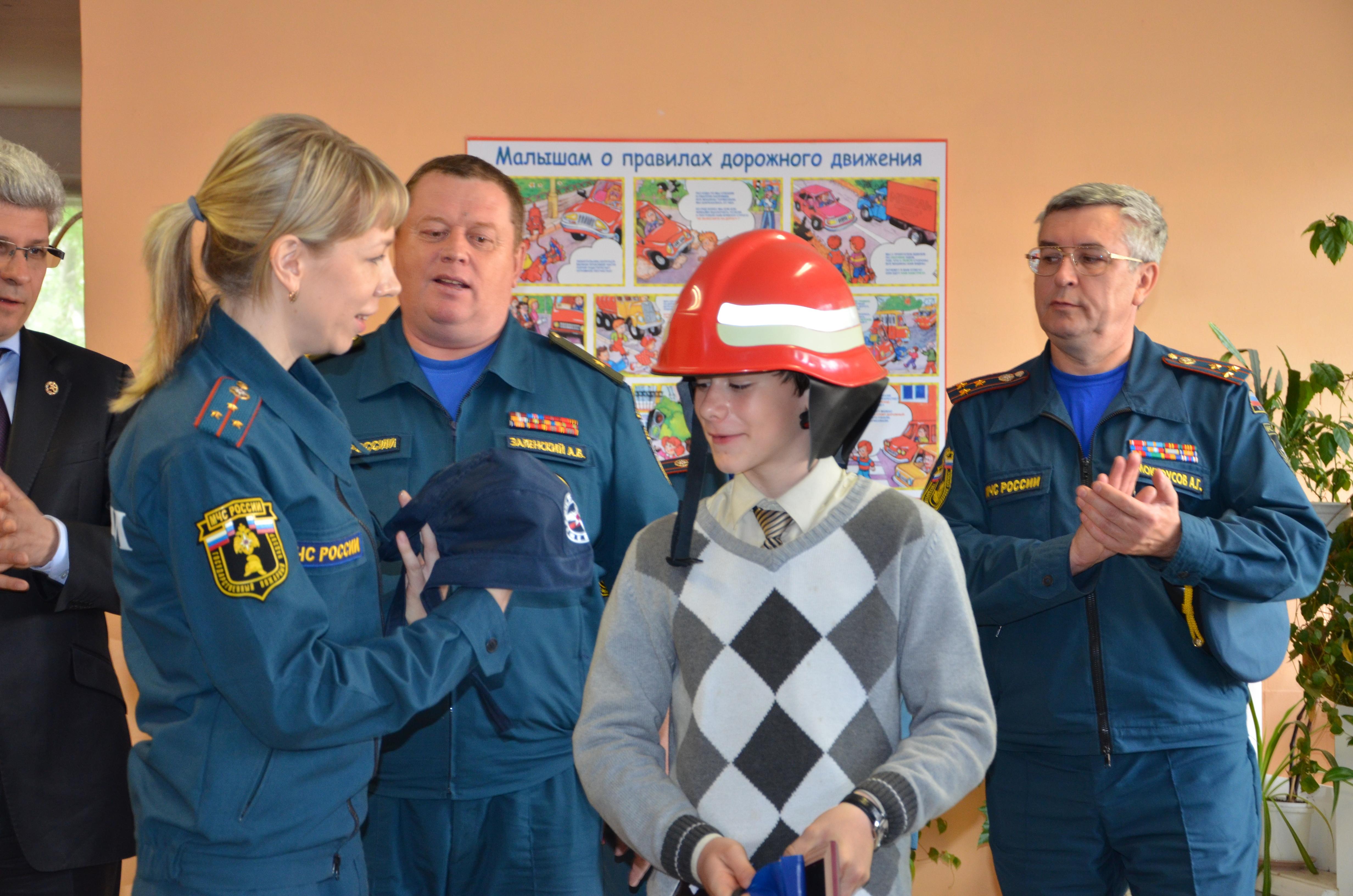 Екатеринбургскому школьнику за отвагу на пожаре вручили каску