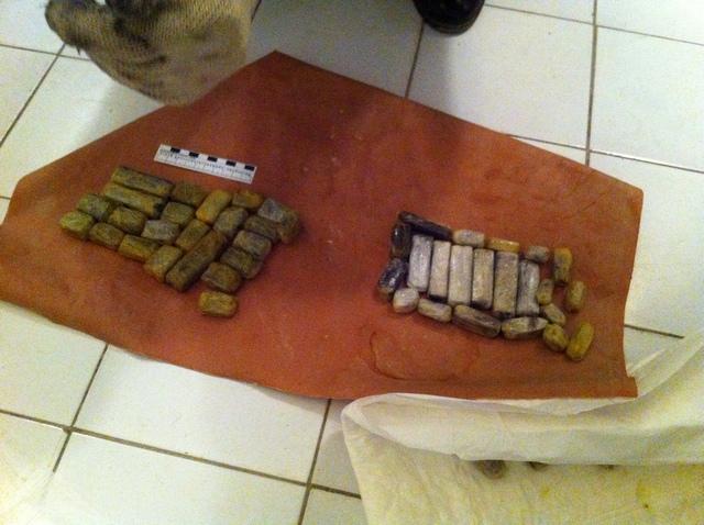 Наркокурьеры пытались перевезти полкило гашиша в себе