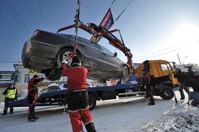 Убирайте машины. Эвакуаторы зачищают путь олимпийского огня