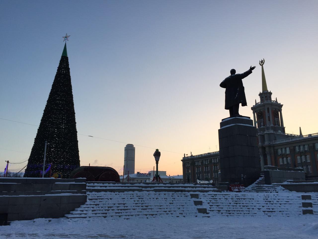Новогодний, морозный, пустой. Утром 1 января на улицу вышли только дети, дворники и трамваи