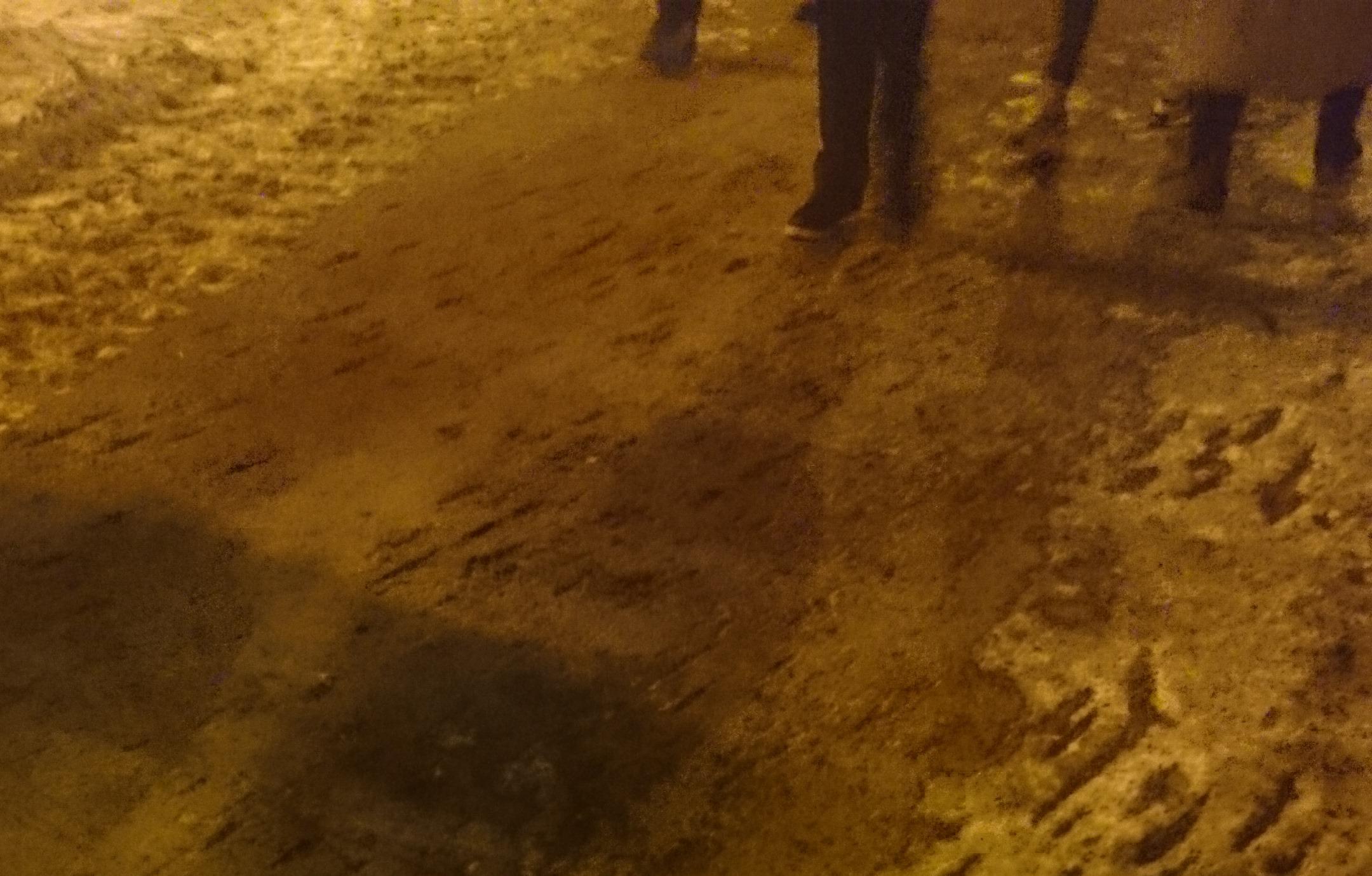 Перестарались: с тротуара на Белинского вместе с наледью сняли асфальт