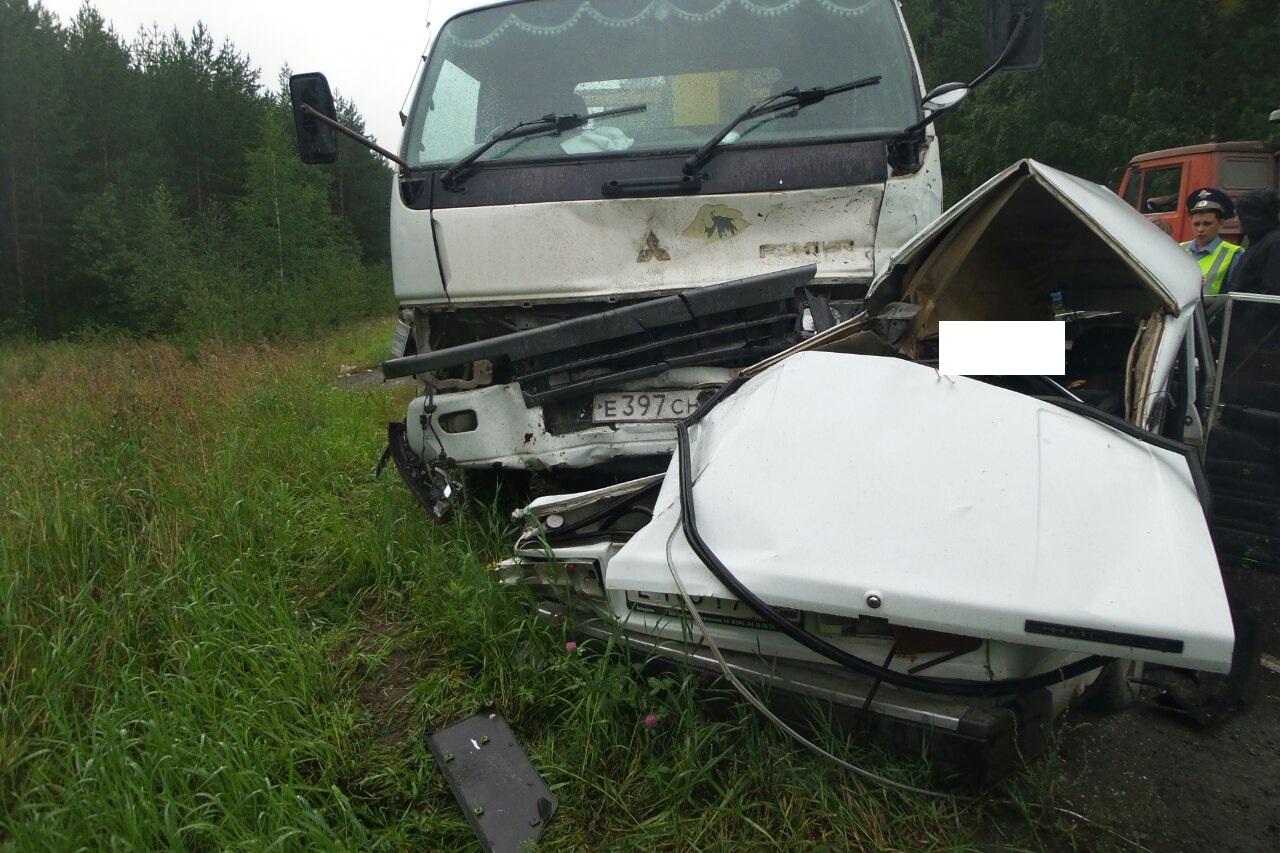 Под Сысертью грузовик раздавил легковушку