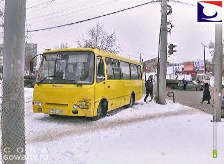 На перекрестке улиц Посадской и Репина столкнулись автобус и ВАЗ