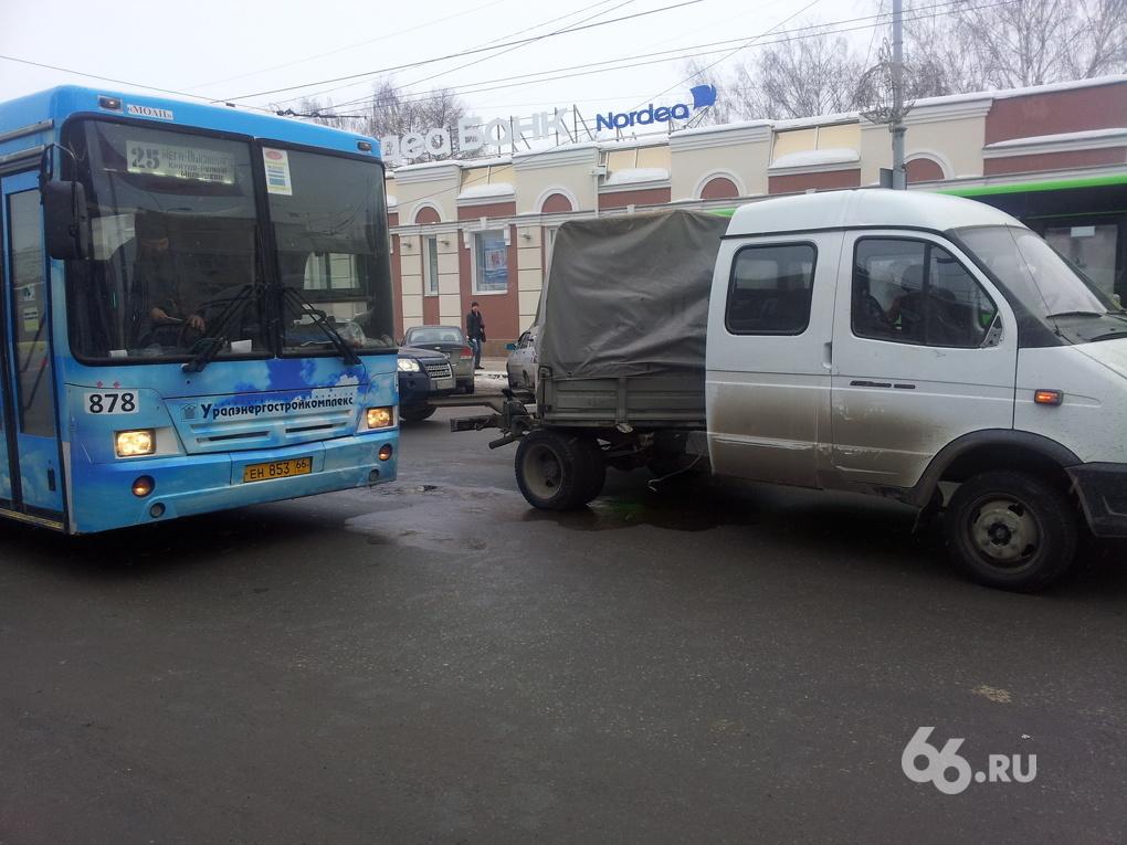 В центре Екатеринбурга автобус врезался в «Газель»