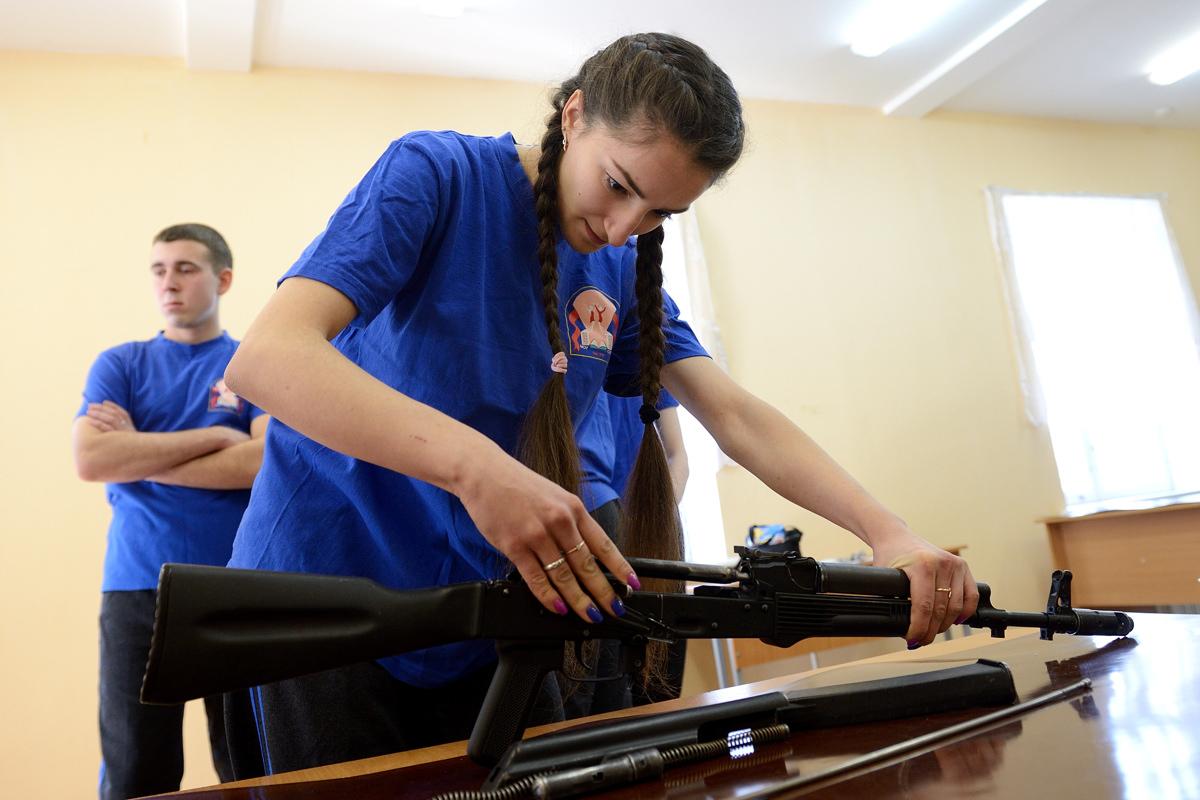 Девчонки из Екатеринбурга доказали, что собирают автомат Калашникова быстрее парней