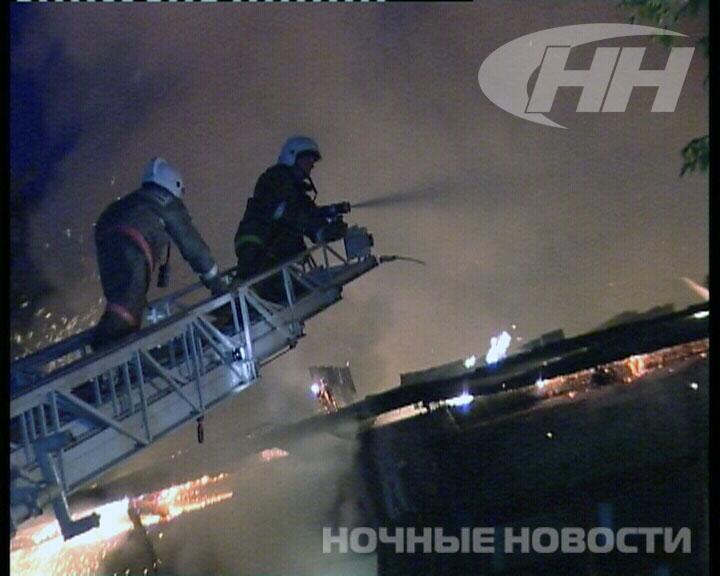 Ночной пожар на Баумана уничтожил двухэтажный барак