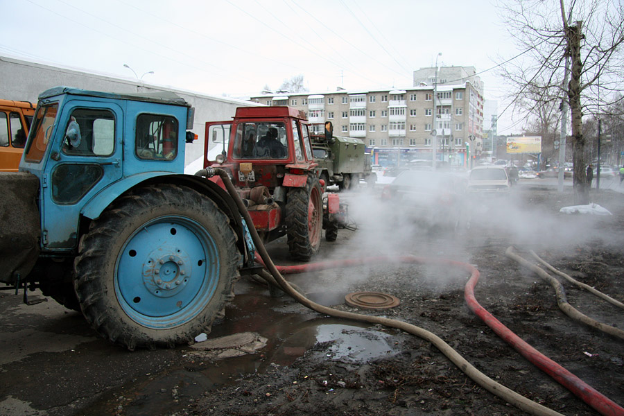 Улицу Чайковского затопило из-за прорыва на Фурманова