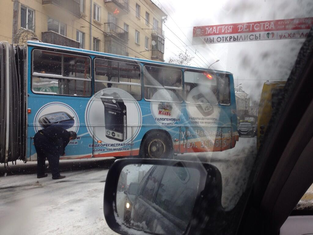 Общественный транспорт встал на Малышева из-за застрявшего автобуса