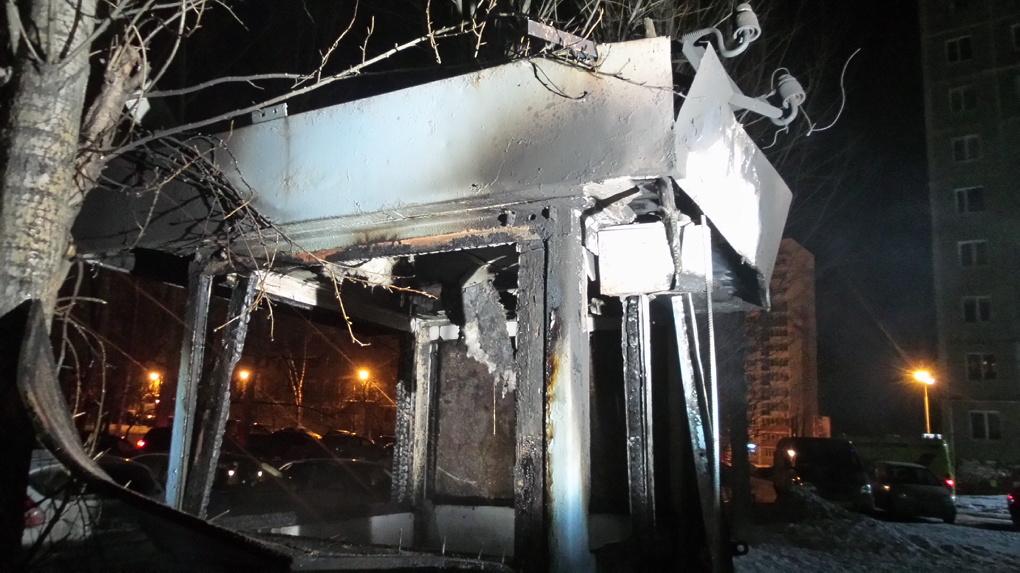 В сгоревшей будке на уралмашевской парковке нашли труп