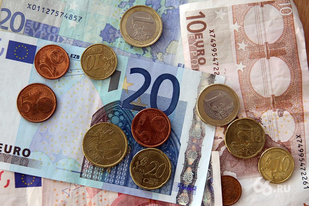 Дешевеющий к доллару евро немного затормозит девальвацию рубля