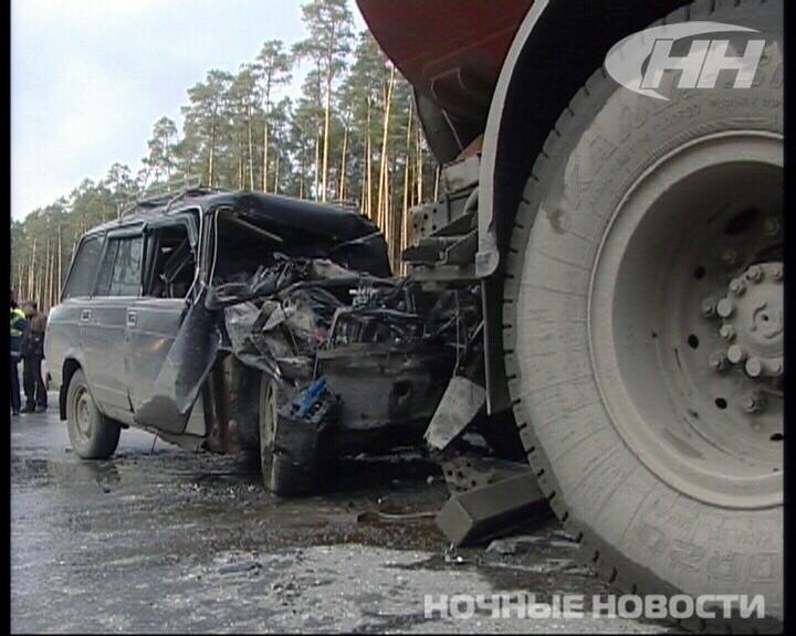 На Кольцовском тракте ВАЗ врезался в КамАЗ