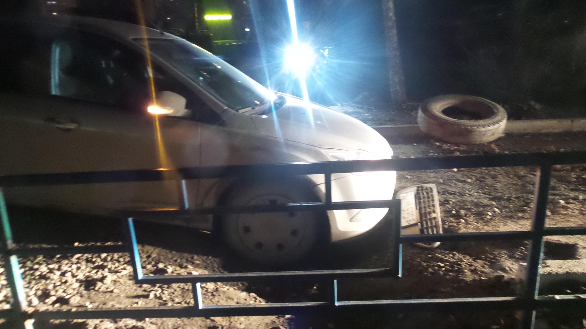 Во дворе на Ангарской Ford Focus провалился в яму
