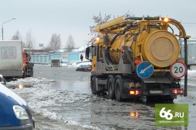 Успели к вечерним пробкам: ледяное море на Ботанике осушили после прорыва водопровода