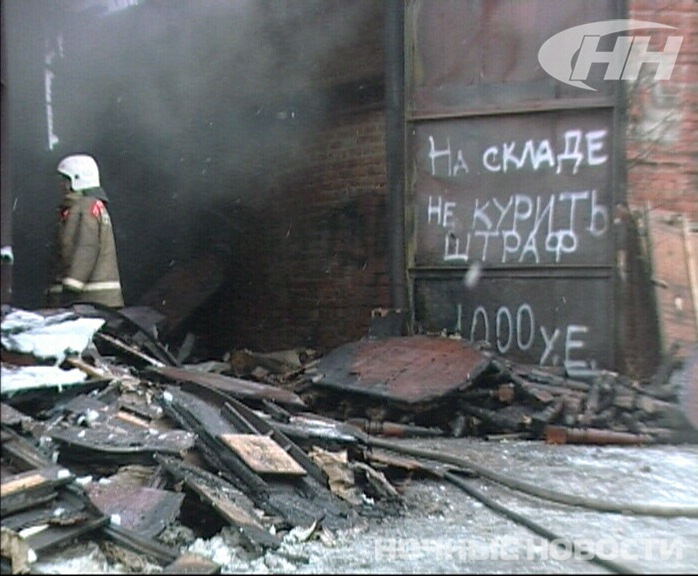 Пожарные тушат мебельный склад на Елизавете