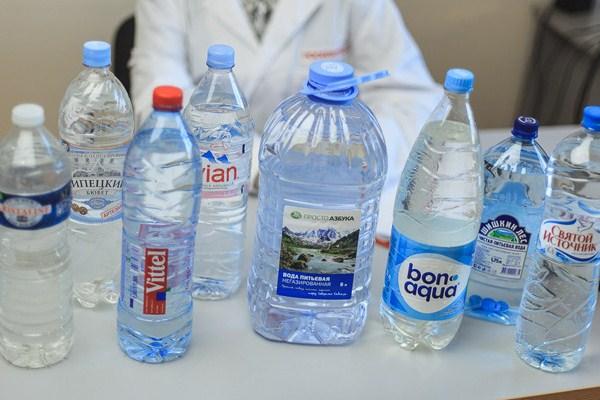 Микробы и нитраты. Эксперты назвали марки опасной для здоровья воды