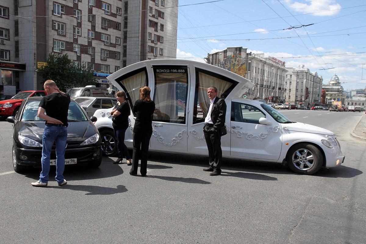 Лимузин-шапито и Peugeot загородили дорогу в центре города