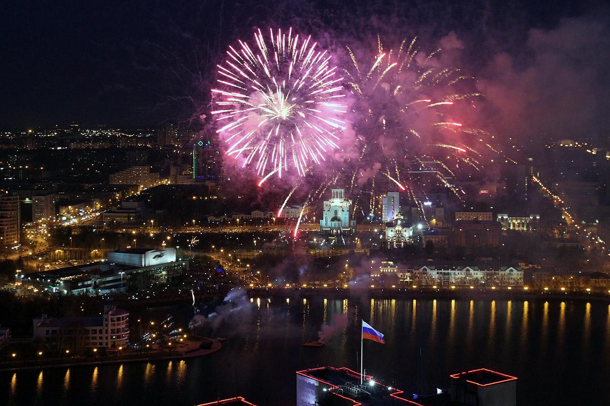 Фоторепортаж 66.ru: Смотрим сверху на салют в день Победы