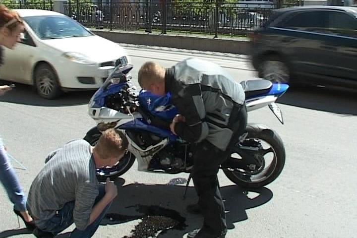 Возле главка свердловской полиции столкнулись внедорожник и мотоцикл