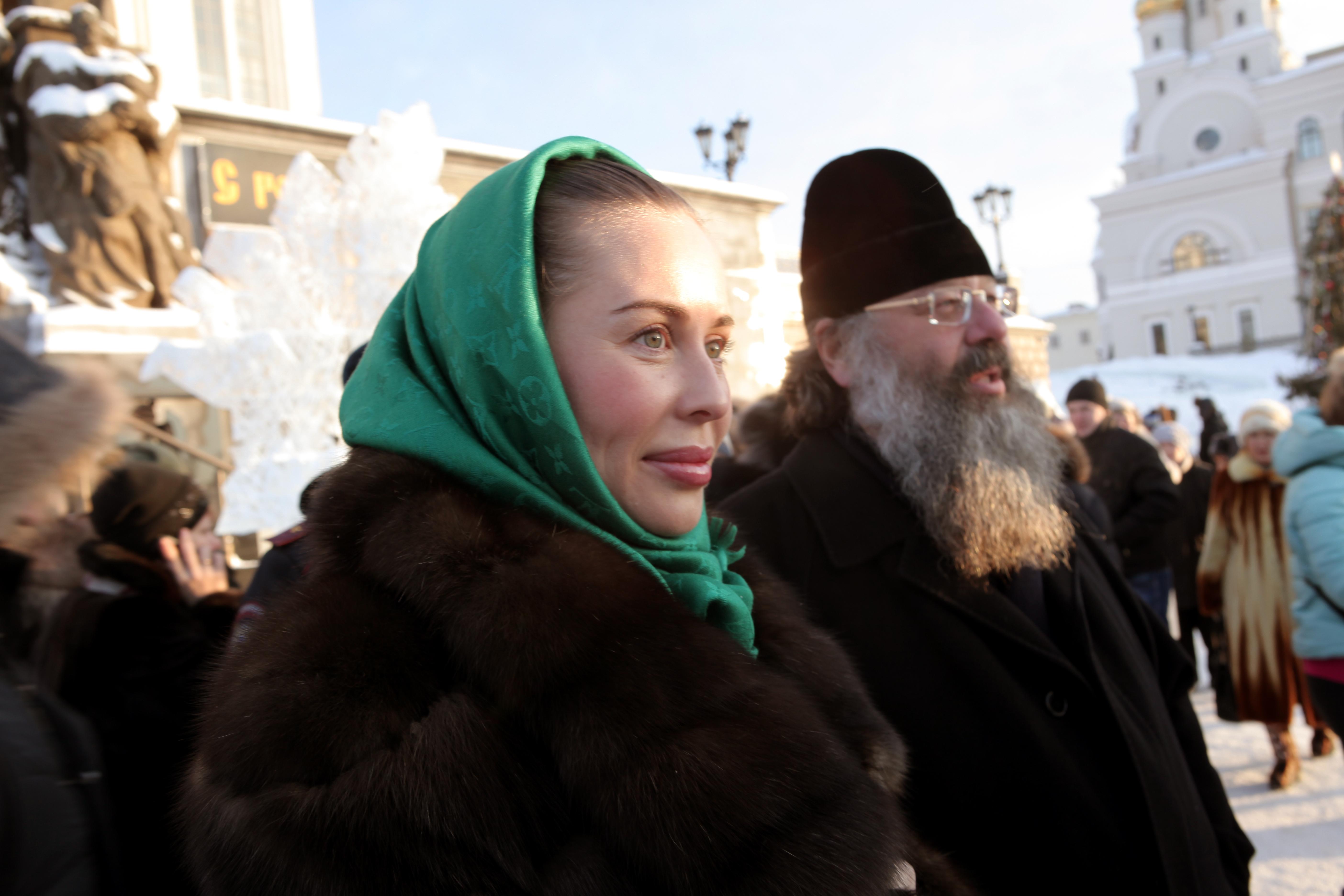 Митрополит Кирилл и Юля Михалкова выбрали лучшую ледовую скульптуру у Храма-на-Крови