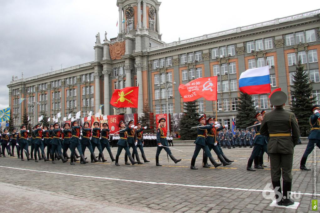 Со слезами на глазах: Екатеринбург отмечает День Победы