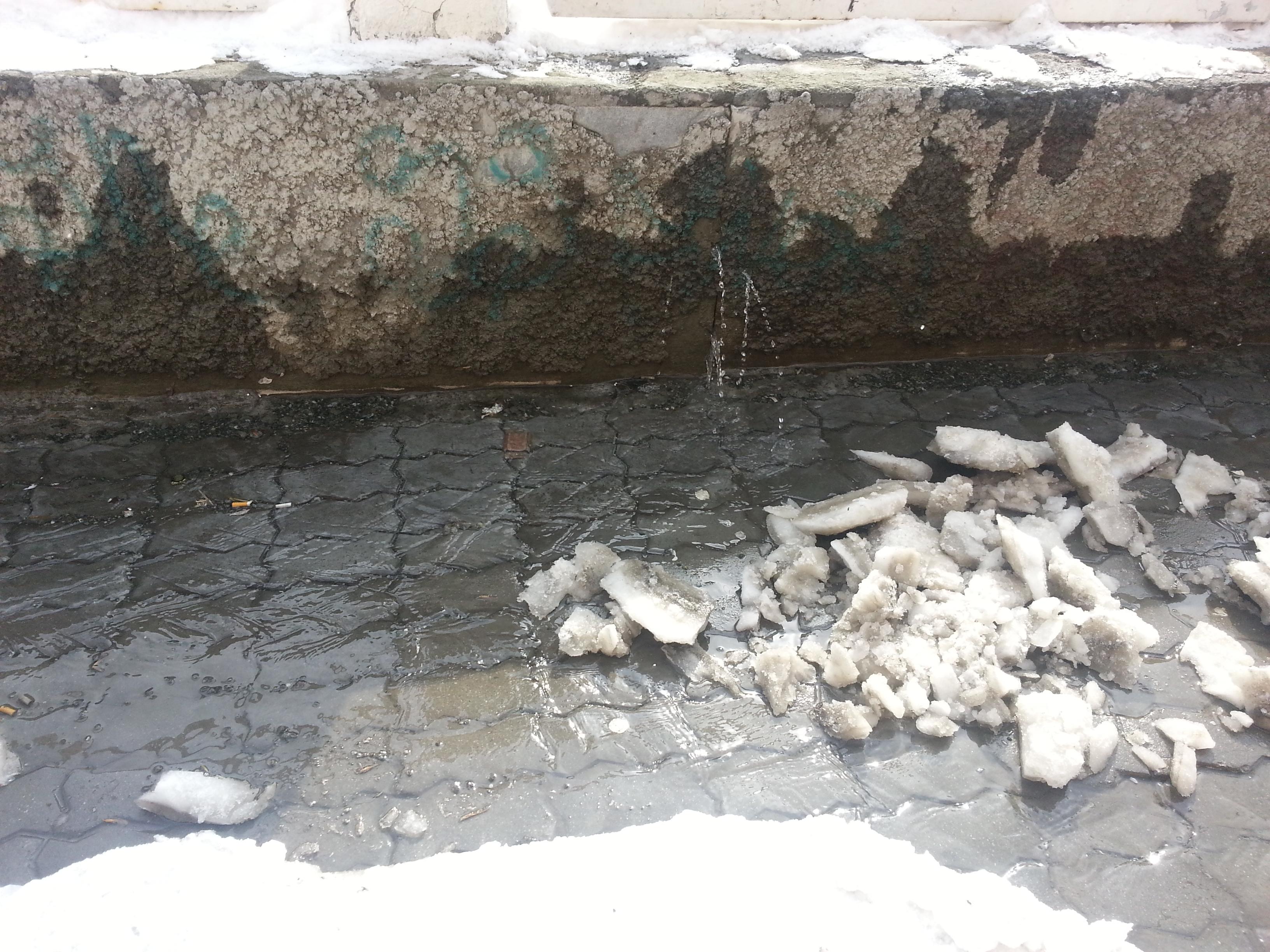 В центре Екатеринбурга хлещет вода