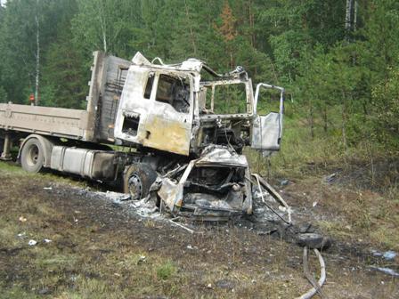 ВАЗ врезался в грузовик на трассе Екатеринбург — Тюмень