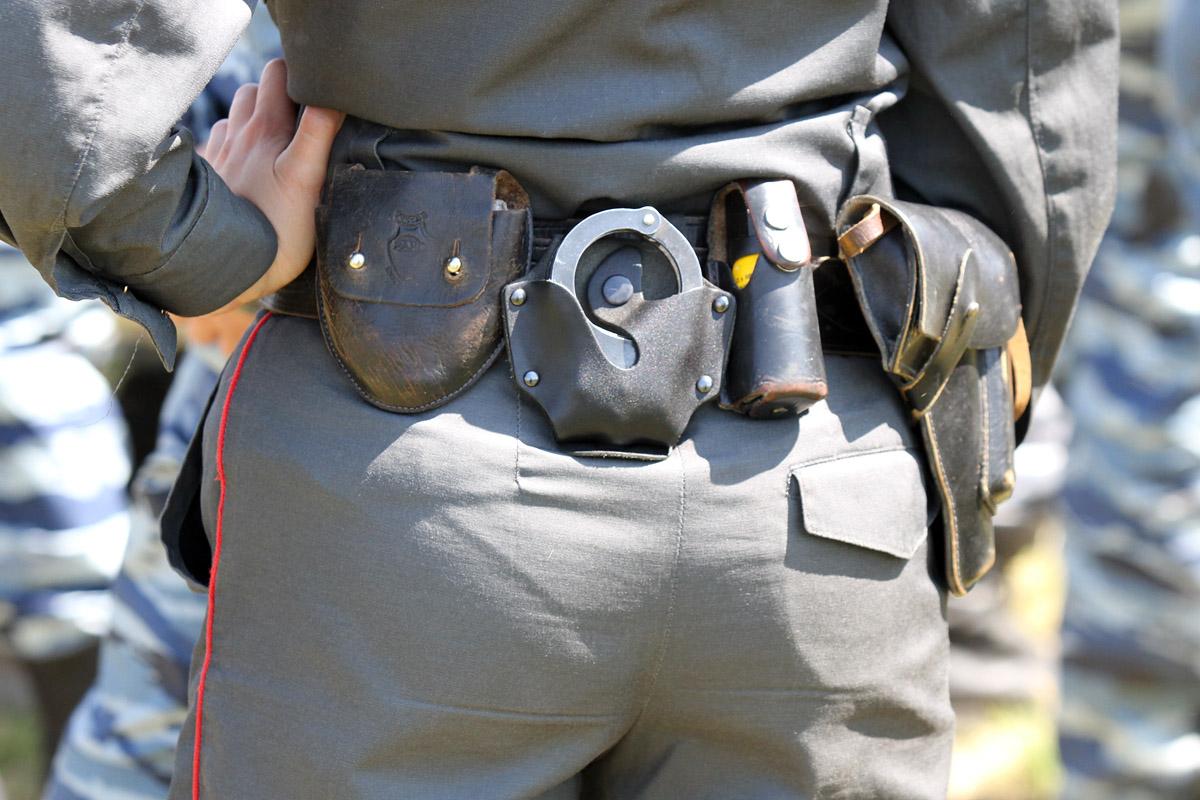 В Арти полицейские разняли молодых людей с граблями и топорами