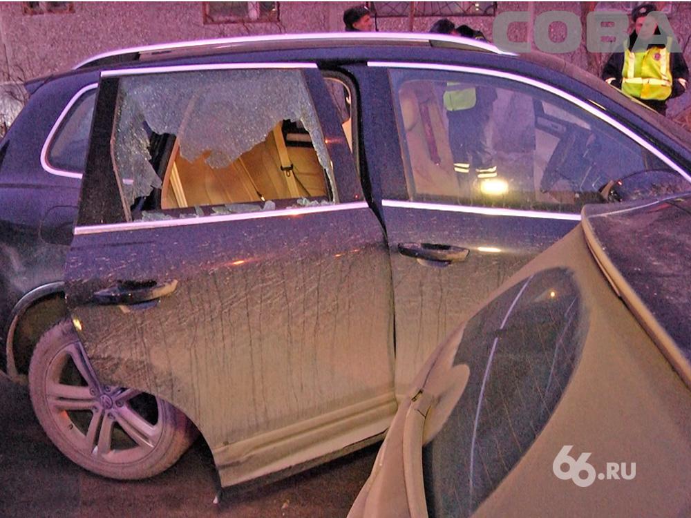 На Крауля — Токарей при выезде с паркинга расстреляли машину